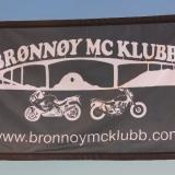 Liten polyester-banner med sydde kanter og fire maljer