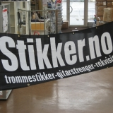 Silketrykket (en farge; sort) banner med maljer