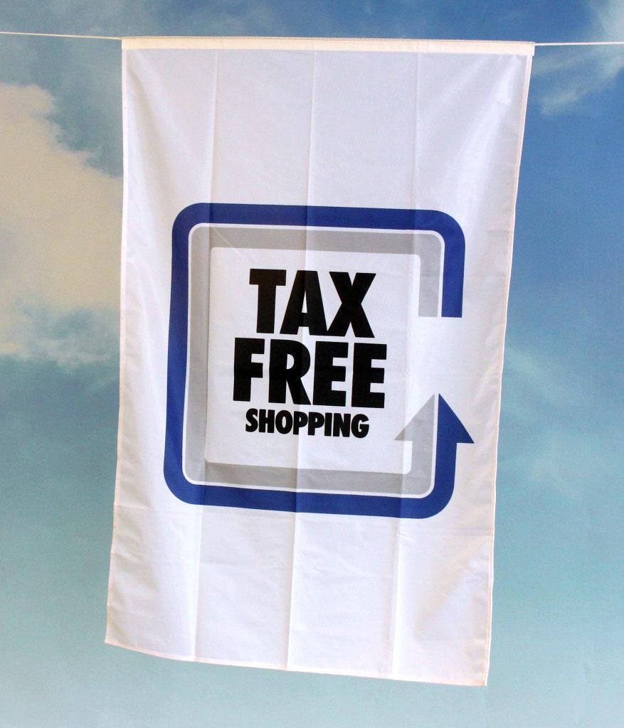 Flagg med innsydd line for oppheng i tak i salgslokale.