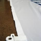 Flaggkrok; er festet i hver ende av forsterkingsbåndet på vanlige flagg.